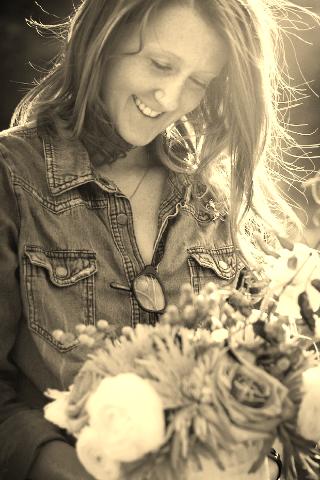 [designer-Sammy-with-flowers-Samantha.png]