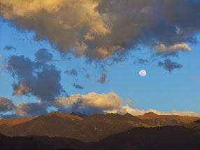 la luna sobre el valle de Cocora