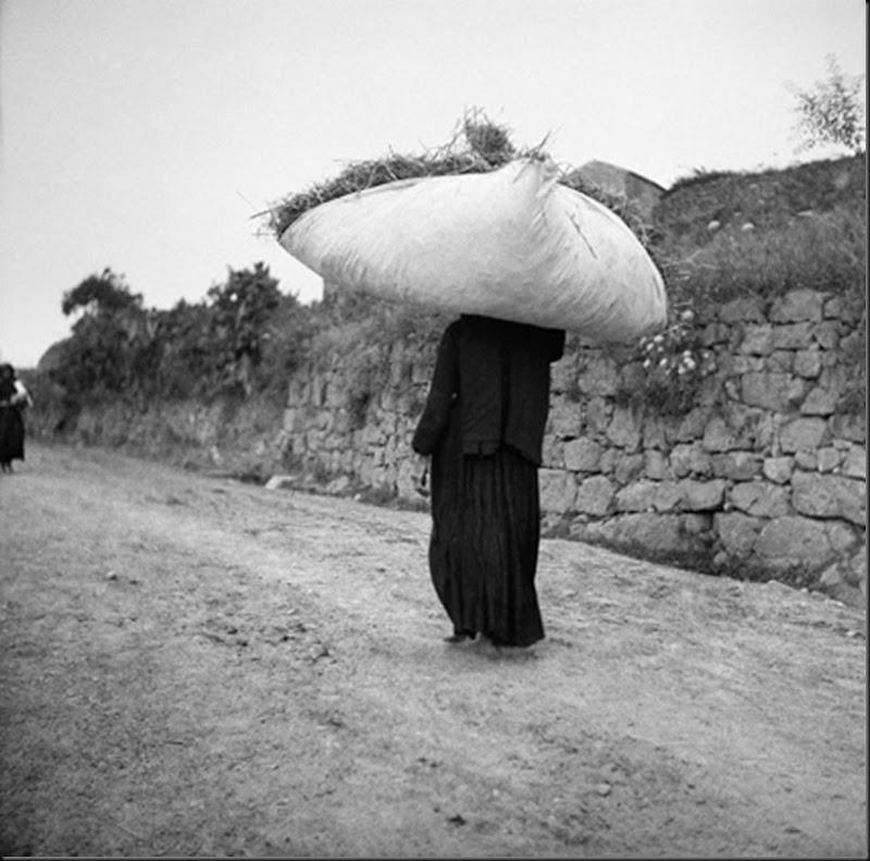 © Ugo Pellis-Museo delle Culture, Lugano, Switzerland. - Donna con carico che viene dall'aia - Escalaplano - 17 Giugno 1934