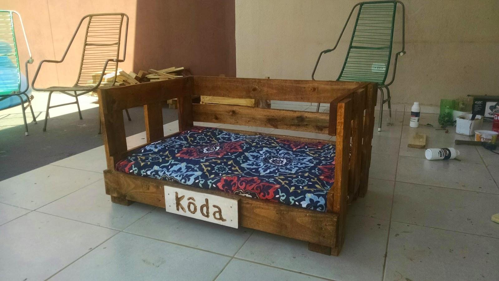 cama para cachorro feito com paletes reaproveitados almofada com  #996D32 1600x901