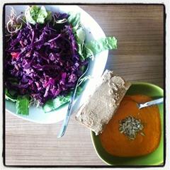 4 Mittagessen Suppe, Brot und Salat