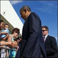 Obama cumprimenta eleitores no aeroporto internacional JFK