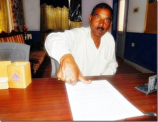Aashiq Masih signing open letter with thumb (Asia Bibi)