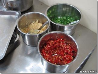 台南小豪洲沙茶爐火鍋。在櫃台沾料的旁邊有青蔥、辣椒、蒜頭等三種配料,可以有客人任取,但沙茶醬就只能由店員拿取,而且沙茶醬一定是上下兩個碗裝著,應該有一個碗是給客人吃火鍋喝湯用的吧!