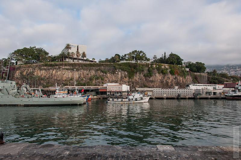 24. Февраль. Мадейра. Канатная дорога. Фуншал. Нас постоянно преследовали напоминающие про военных корабли и катера, практически в каждом порту.