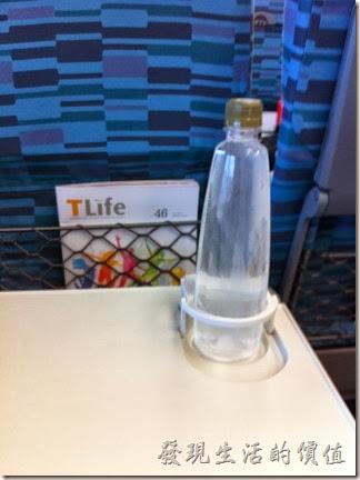 新的高鐵列車車廂的個人餐桌多了一個立體杯套,不怕不小心碰到翻倒。