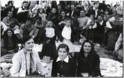 Λιδορικιώτες στο Πανηγύρι του  Άι Νικόλα  Καλτεζιών , σε πρώτο  πλάνο  απ'ο  αριστερά  η  Γιώτα Πουρνιά - Μπούνου