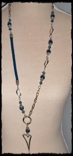 langt blått smykke