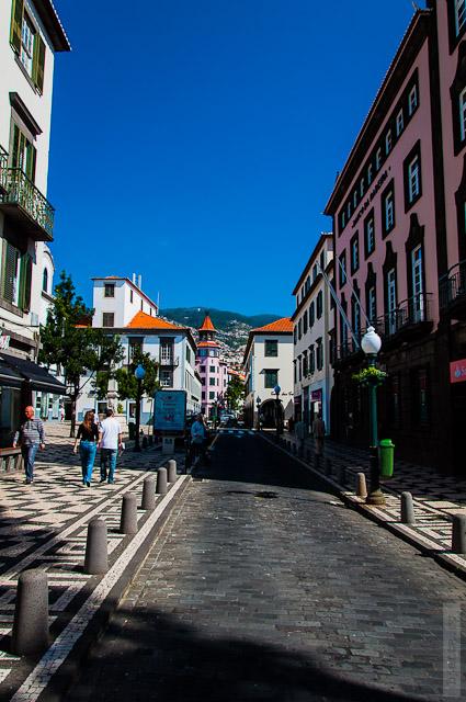 143. Февраль. Мадейра. Фуншал. Улочки города. Мне нравится как по братски поделили улицу между автомобилями и людьми.