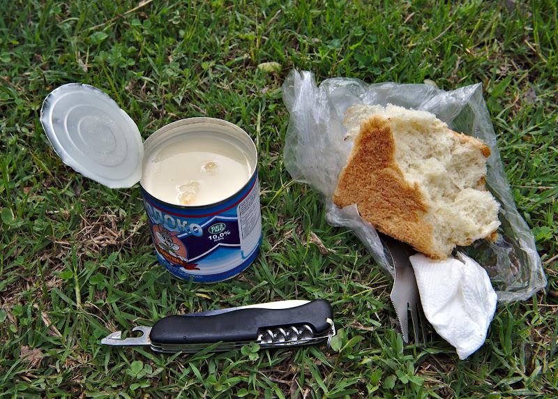 Mancarea minune pentru Pamir, lapte concentrat si paine. O conserva dinasta ajunge la 1300 de calorii. Iar daca nu esti atent iese o lipiciosala generalizata.
