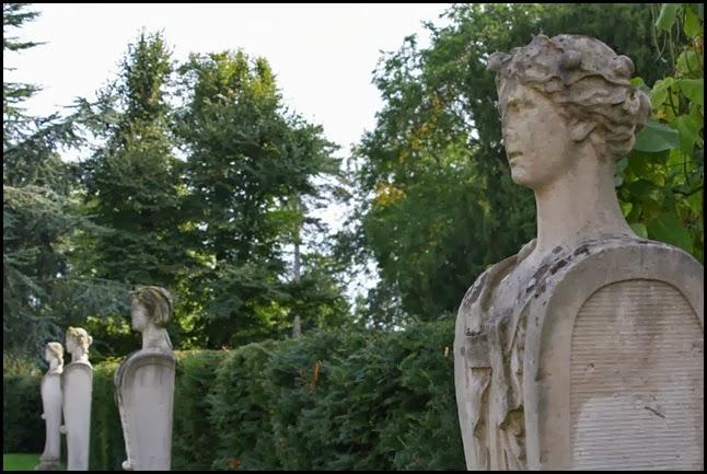 Statues, Chsiwick Gardens