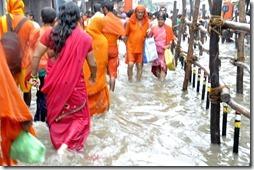 varanasi 010 pelerins allant au Gange