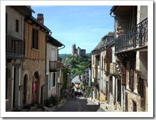 A Vila de Najac, no sul da França; castelo fica ao fundo