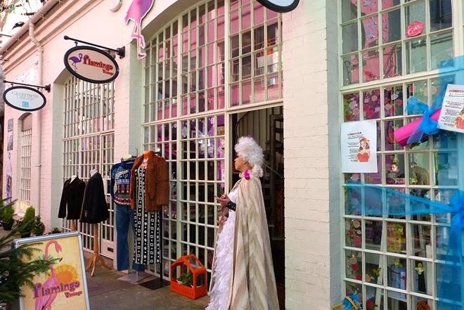 Зазывала перед магазином Фламинго в Бирмингеме, Custard Factory