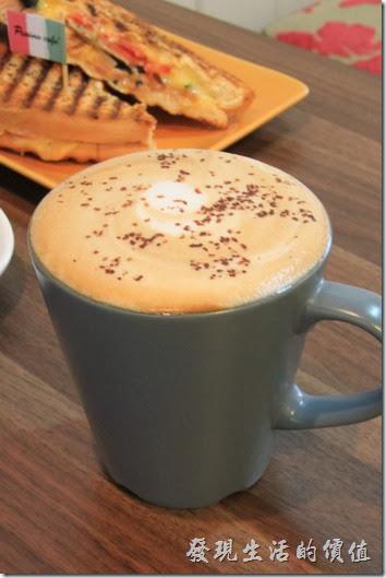 台南-帕里諾咖啡。卡布其諾咖啡,上面有灑上許多碎巧克力。