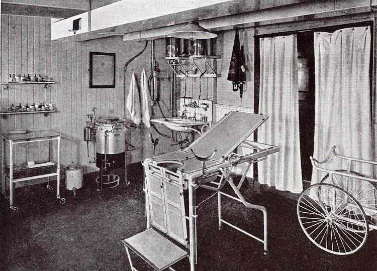 ALFONSO XIII. Dispensario Medico. Foto del LIBRO DE INFORMACIÓN PARA EL PASAJERO. COMPAÑÍA TRASATLANTICA DE BARCELONA. AÑO 1923.jpg