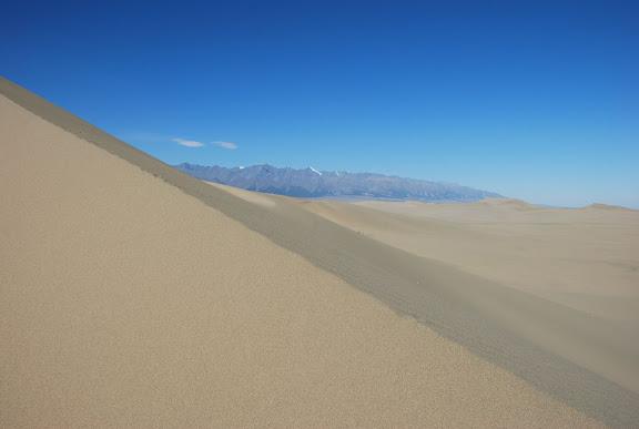 Tianshan - Paysage dune et monts enneigés