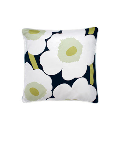 Pieni Unikko pillow sham.  Big flowers perfect for spring.