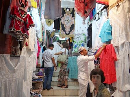 20. Haine in bazarul din Oman.JPG