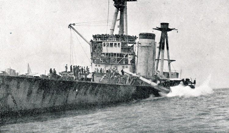 Lanzamiento de un cañón de la torre 1 del ESPAÑA. Foto de la REVISTA GENERAL DE MARINA. Noviembre de 1924.JPG