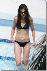 katie-holmes-bikini-miami-01-480x720
