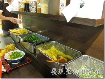台南新光三越-丸龜製麵烏龍麵。佐料區,蔥花、生薑末、高湯醬油、芝麻、胡椒鹽、天婦羅醬、蔥花、天婦羅花,客人可以自有取用。