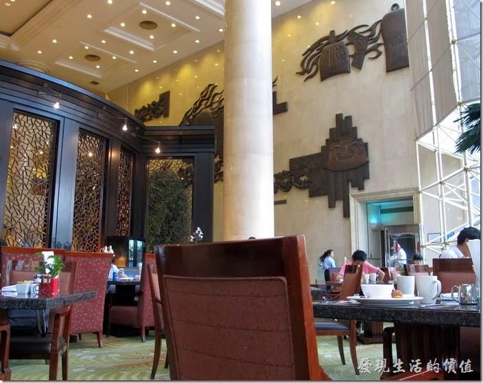 上海-齊魯萬怡大酒店。飯店早餐用餐的地方,也是晚餐Buffet用餐的地方。