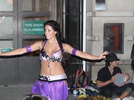 Dansatoare din buric goala pe strada in Londra