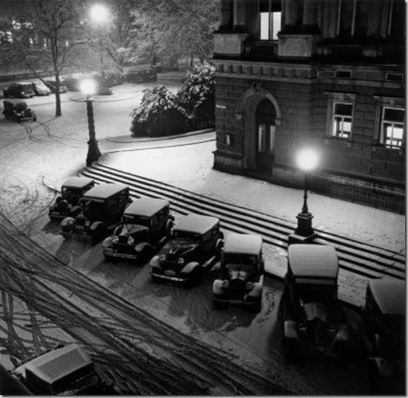Noche de invierno ante el teatro municipal de Zurich, 1932. Schuh Gotthard.