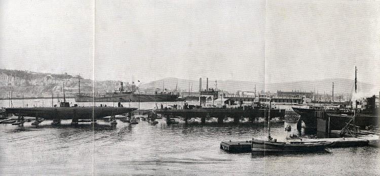 El dique flotante y deponente. A la derecha el vapor RITA. En los careneros el submarino A.2 C. GARCIA y el torpedero Nº 6. Al fondo el DEDALO. Memoria dela JOP de Barcelona. Años 1.922-3 y 1.923-4.JPG