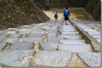 日本北九州-在熊本城內無論你想到什麼地方參觀,一定都得先爬上這些石階,而且這還只是開始,後面會有更多的階梯等著你。