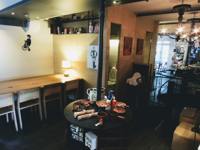 學校咖啡館 EcoleCafe' 旁邊以及去樓下的樓梯.jpg