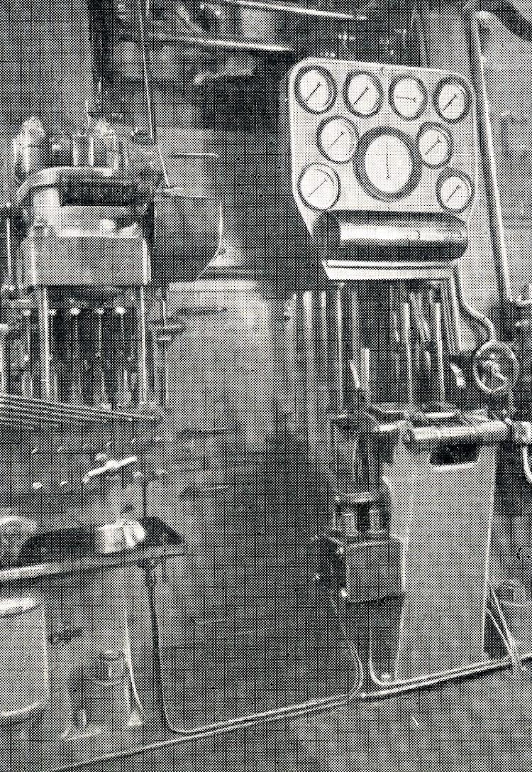Primitiva estación de control de la maquina principal. The Motor Ship. Marzo de 1927.JPG