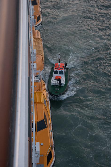 Третий день. Casablanca. Morocco. Круиз. Costa Concordia. Лоцман перепрыгивает на ходу на наш лайнер и, очень быстро, занимает место в капитанской рубке.