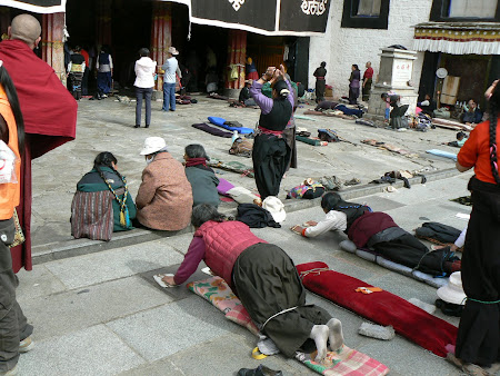 Tibet photos: pilgrims prostrating