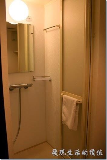 :【博多祇園Hotel東名inn】客房內的淋浴間也是小得可憐,掛在欄杆上的白色毛巾是讓你鋪在地上防滑用的,可別拿來擦身體,另外有浴巾可以使用,我們家那口子第一次就當了鄉巴佬,拿來擦身體了,糗!