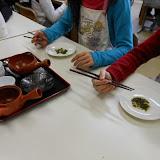 関原小学校画像 茶がらを食べる.JPG
