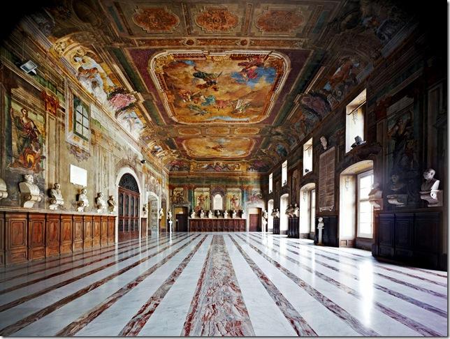 """Candida Höfer - Salone di Castel Capuano, detto anche """"Salone dei Busti"""""""