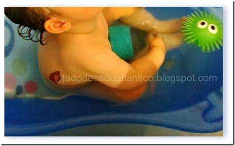 Imagem de uma criança sentada numa banheira