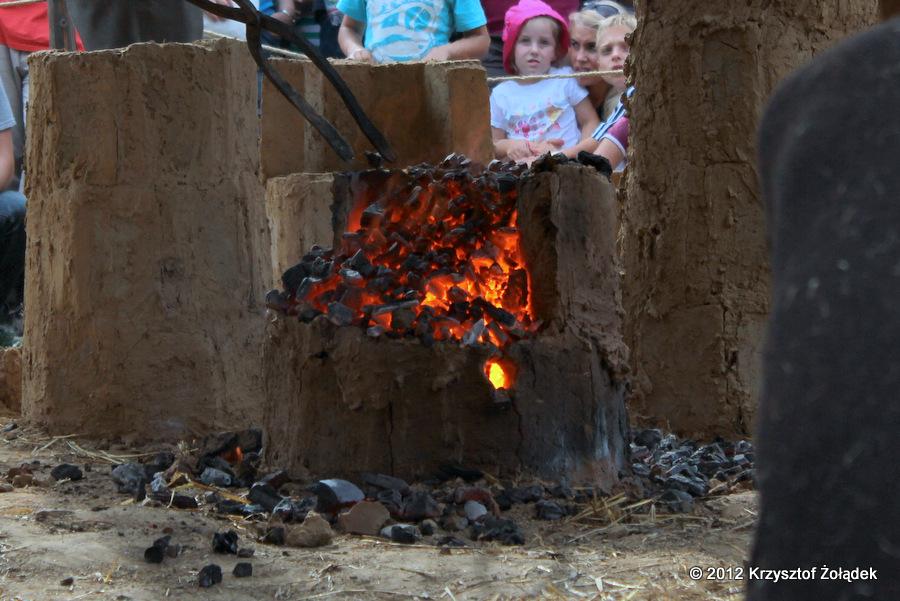 Dymarki - wnętrze pieca dymarskiego