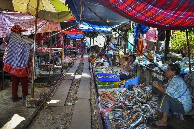 maeklong-railway-market-3