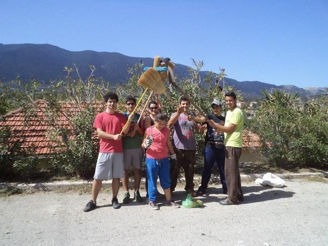 Τα παιδιά καθάρισαν τον κεντρικό δρόμο του Πυργιού