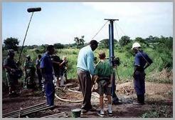 Ryan acompanha a perfuração de um poço na África