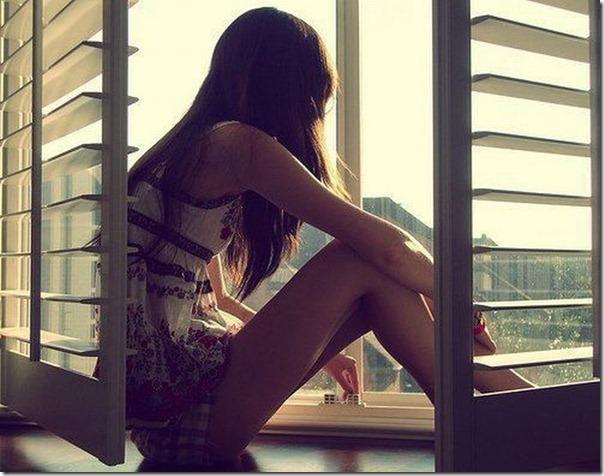 Lindas imagens de garotas olhando para fora da janela (10)