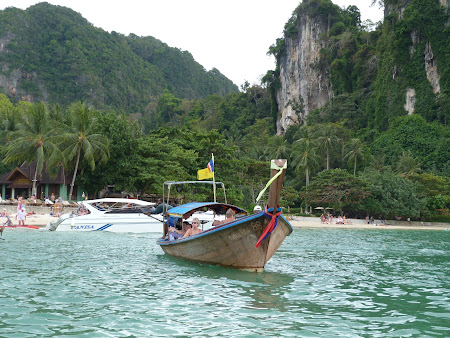 Long tail boat Thailanda: plecarea din Railay