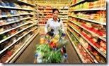 Frau beim einkaufen von Lebensmittel im Supermarkt
