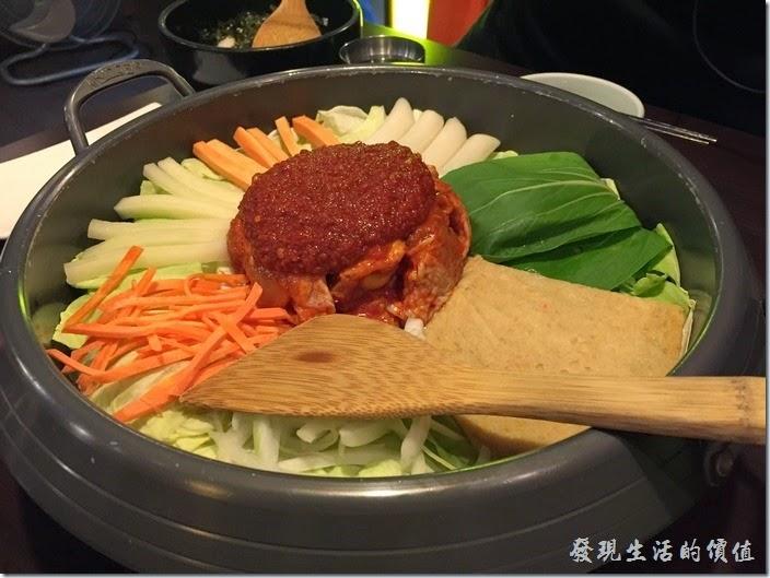 台北-紅通通韓國平價料理。上菜囉!首先上來的是【紅通通春川辣雞】,NT599+10%服務費。剛端上來的時候全部的食材都是生的,中間紅色的部份最上面是特製辣椒,下面是雞肉,四周百滿了其他的新鮮蔬菜,別緊張!服務員會過來幫忙當場炒熟。