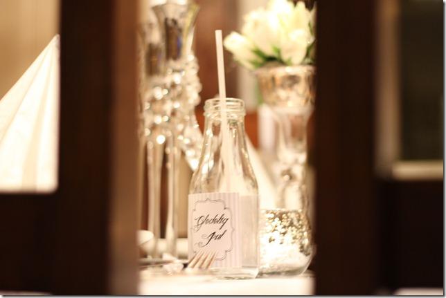 hvitt bord pyntet med sølv, kongler, diamanter og snø  IMG_0725