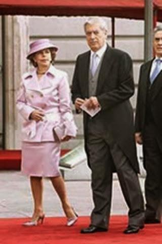 Mario Vargas Llosa junto a su esposa