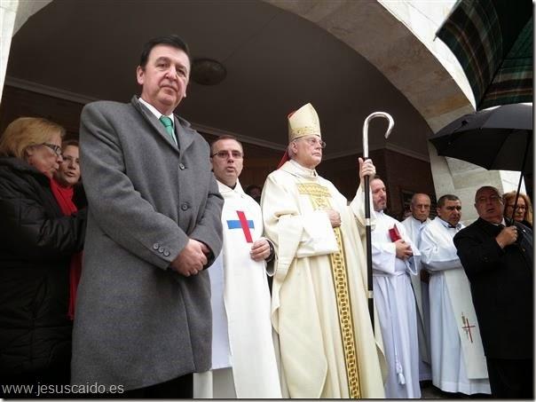 : En el pórtico de la Iglesia Trinitaria, momentos antes de la bendición de la escultura (Foto Roberto Muñoz)